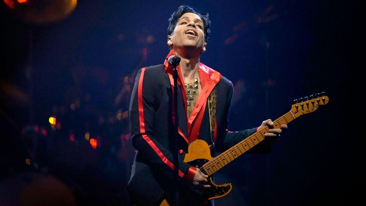 Prince mit Gitarre in der Hand auf der Bühne