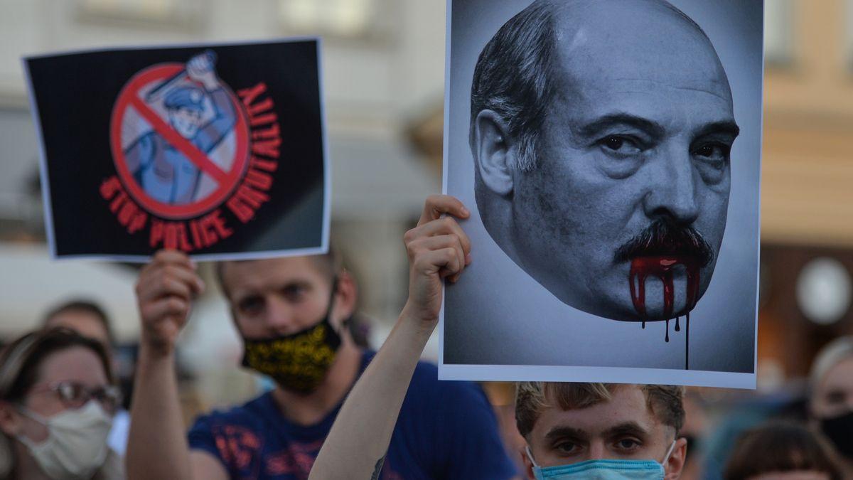 In mehreren Nachbarstaaten - etwa in Lettland und hier in der polnischen Stadt Krakau - zeigen sich Bürger solidarisch mit den Demonstranten.