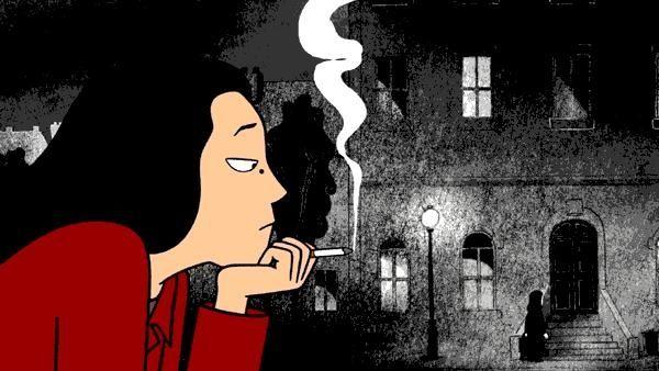 Man sieht eine junge Frau draußen vor einem Haus sitzen und eine Zigarette rauchen.