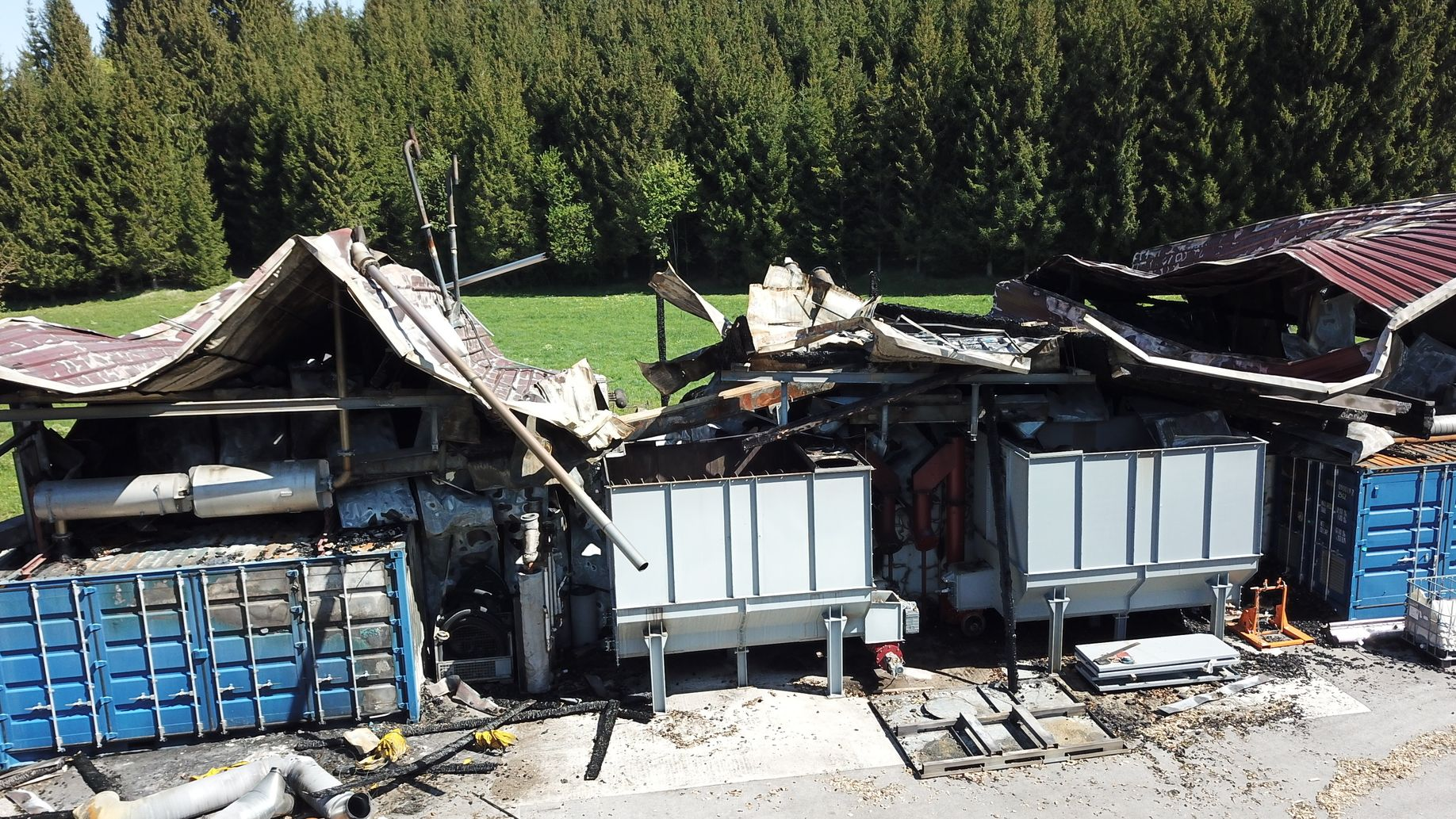 Vom Brand zerstörte Gebäude einer Biomasse-Anlage
