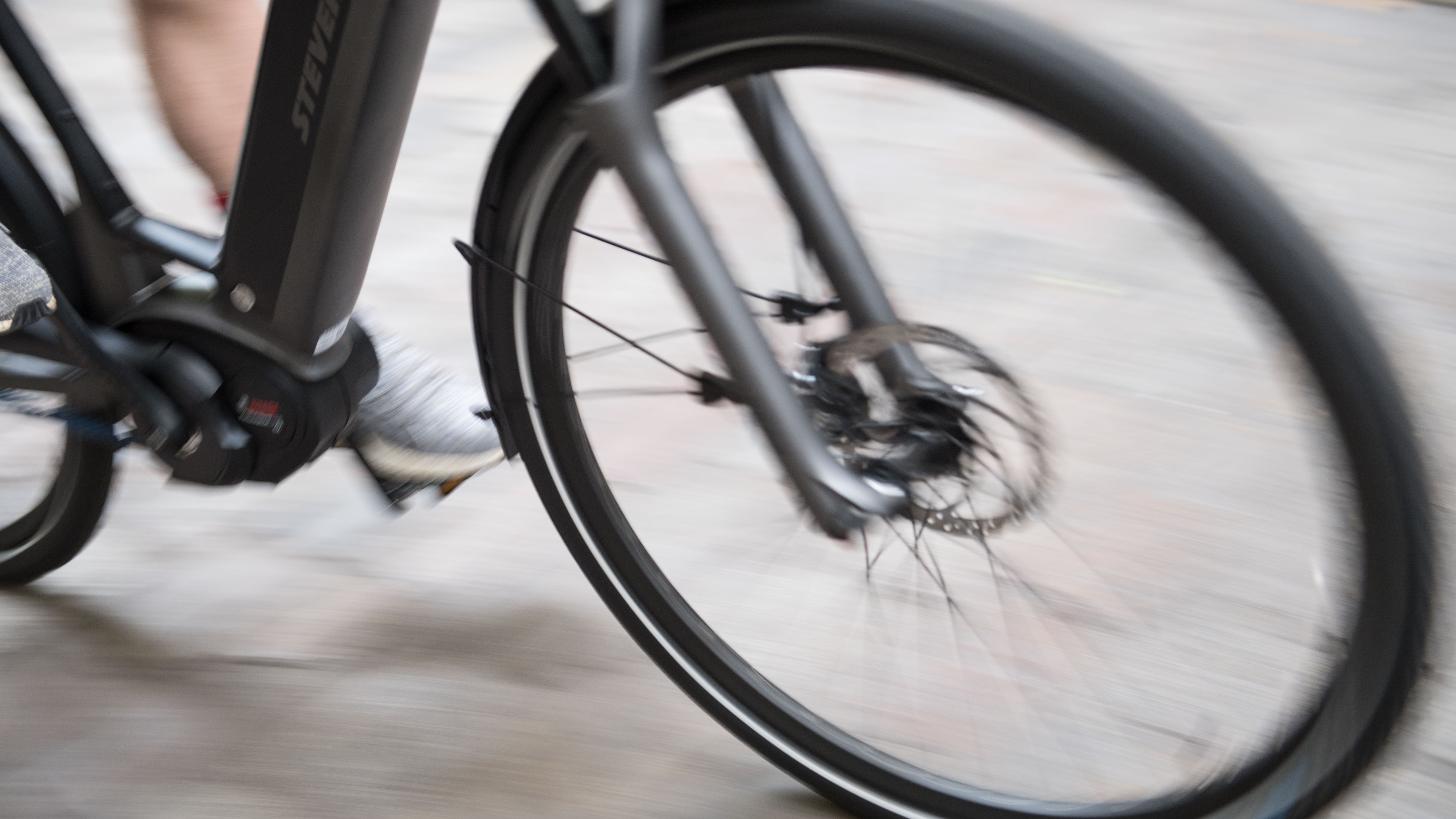 Fahrradfahrer auf einem E-Nike (Symbolbild)
