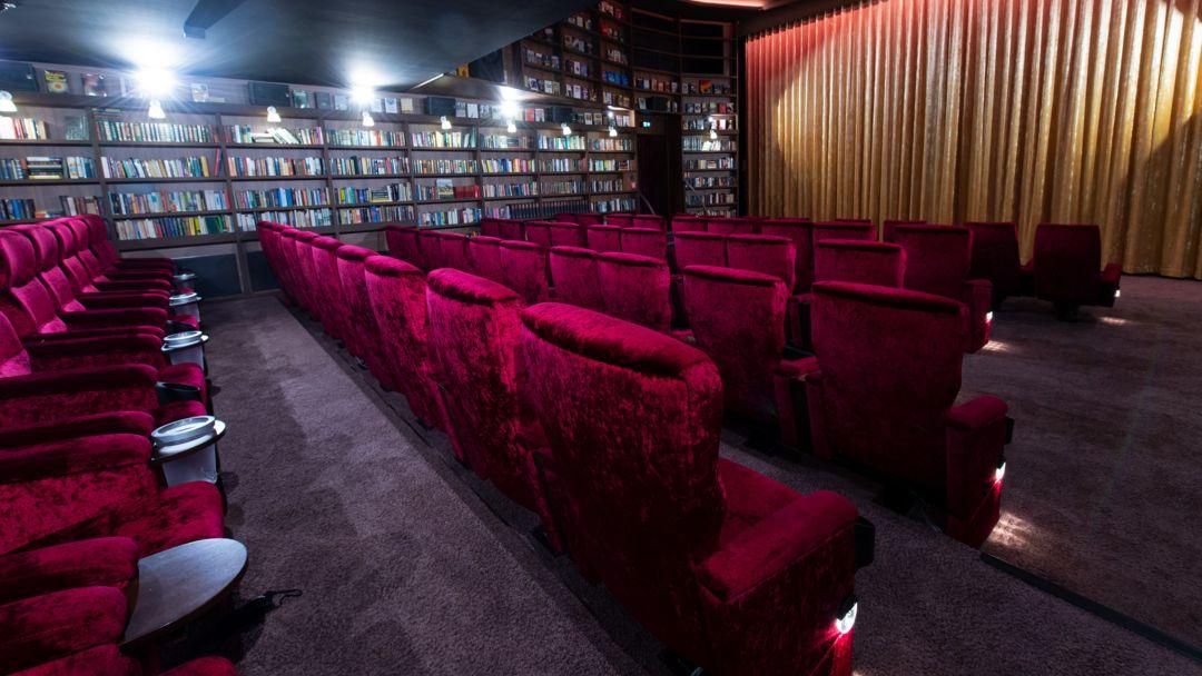 """München: Kinosessel sind im Kinosaal """"Club"""" in der Astor Film Lounge im Arri zu sehen."""