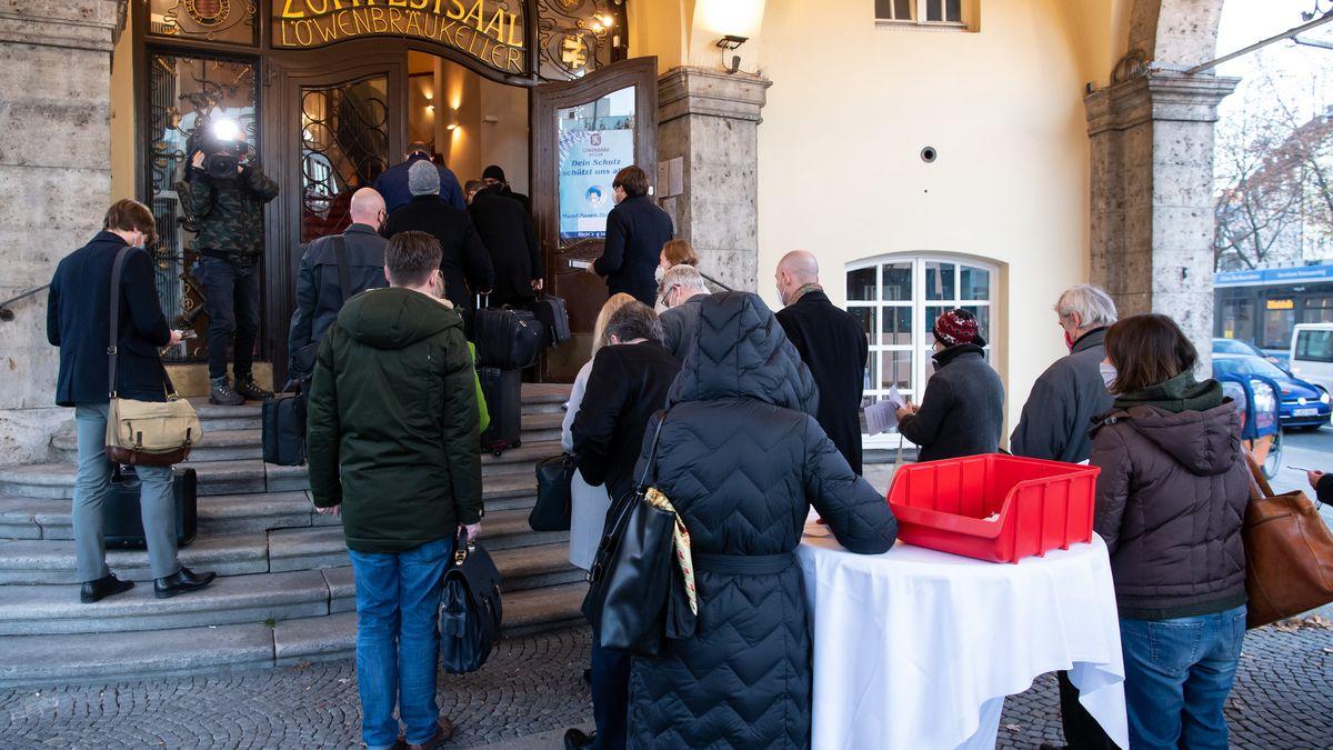 Gläubiger stehen Schlange vor dem Löwenbräukeller in München. Dort findet am 18.11.2020 die erste Gläubigerversammlung im Fall Wirecard statt.
