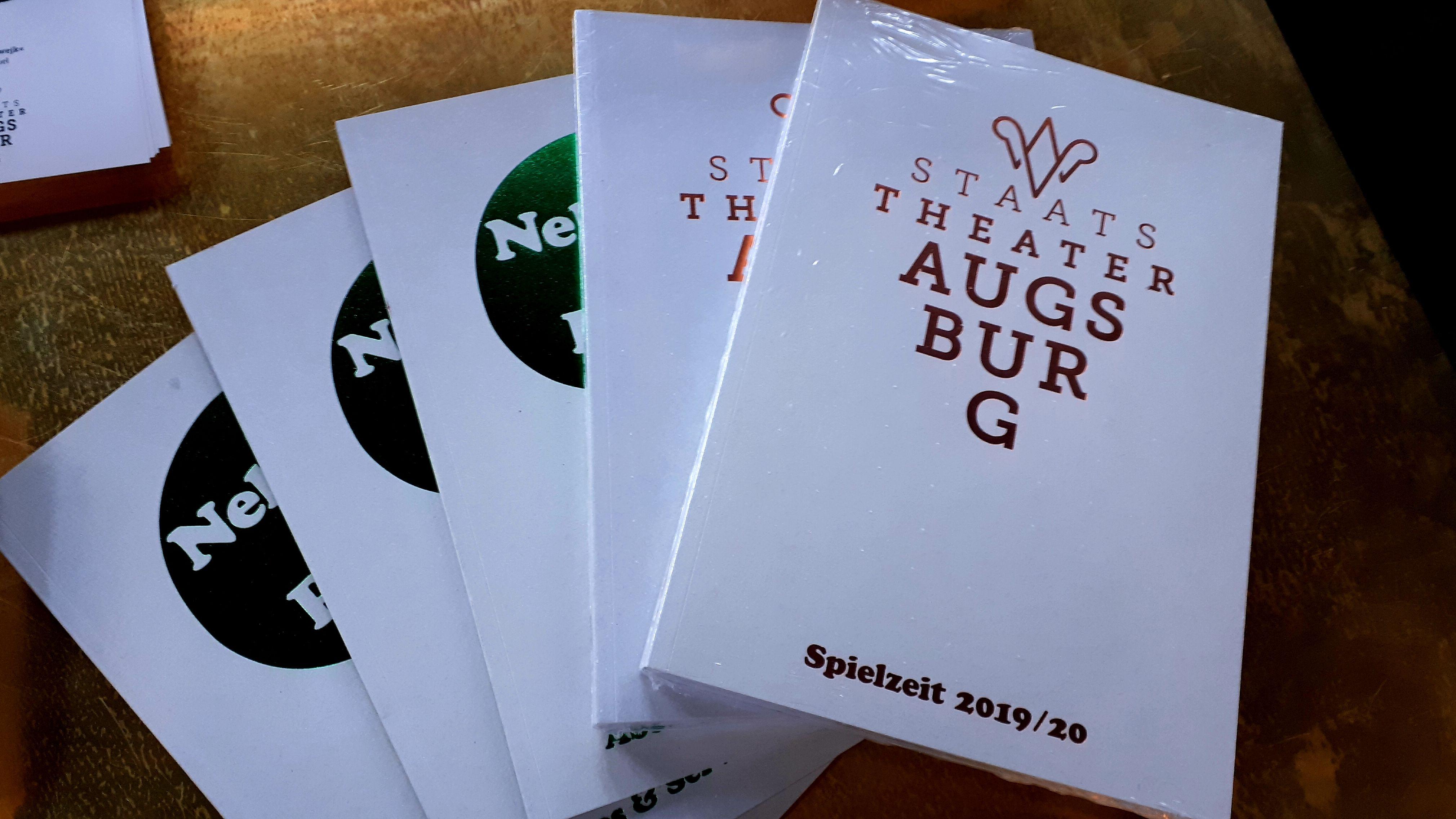 Ausgaben des Augsburger Spielplans für die kommende Saison.
