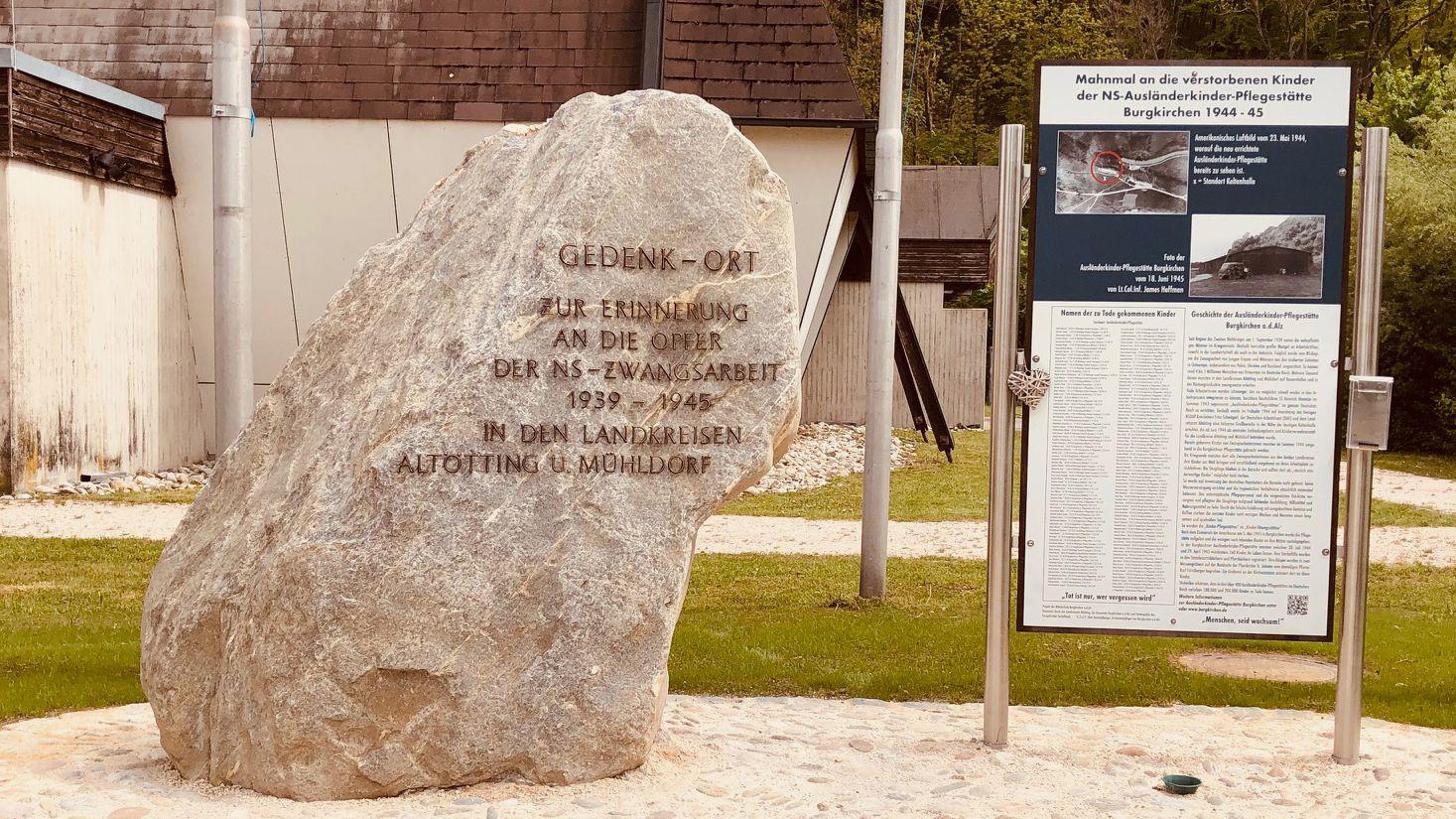 """Der Gedenkstein an der Gedenkstätte mit der Aufschrift """"Zur Erinnerung an die Opfer der NS-Zwangsarbeit 1939 bis 1945 in den Landkreisen Altötting und Mühldorf."""