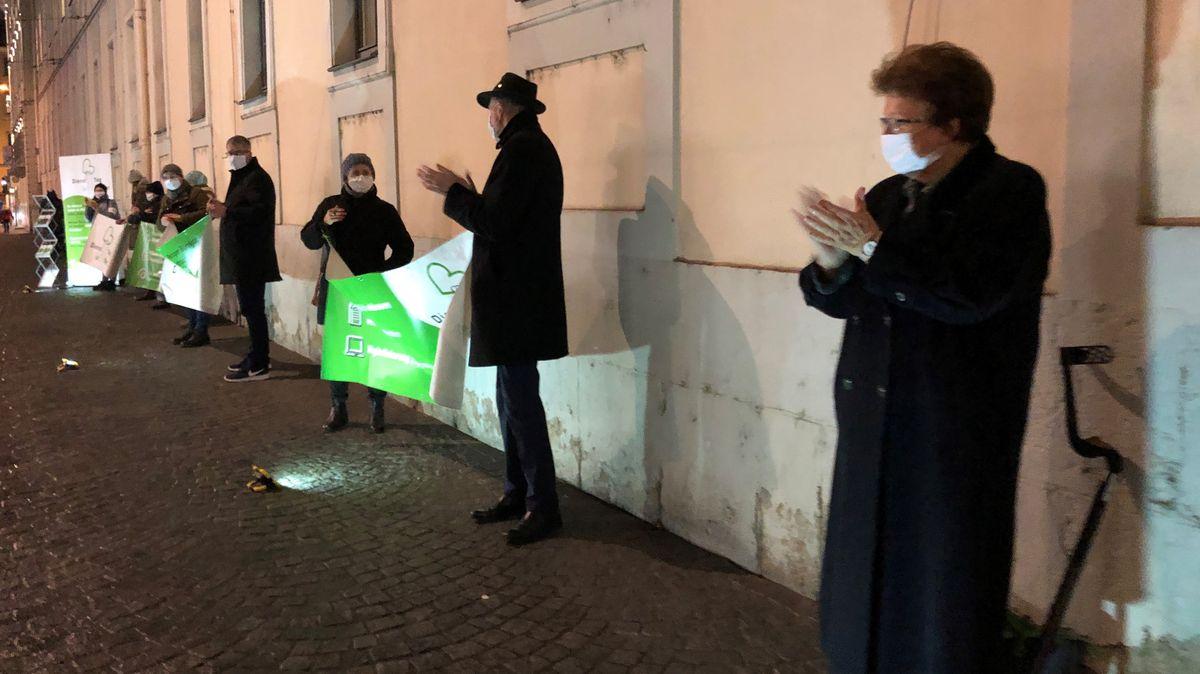 Barbara Stamm demonstriert mit Beschäftigten aus helfenden Berufen in Würzburg