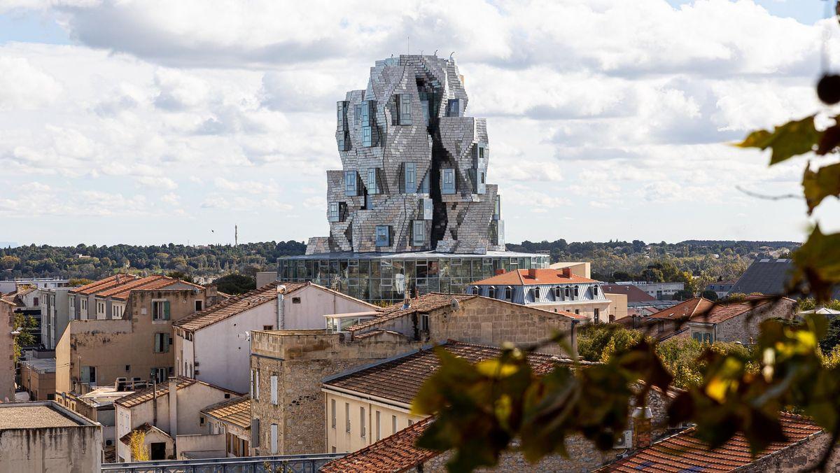 Man sieht den Gehry-Turm mit seiner Aluminium-Fassade, die sich über dem Gelände von LUMA Arles erhebt