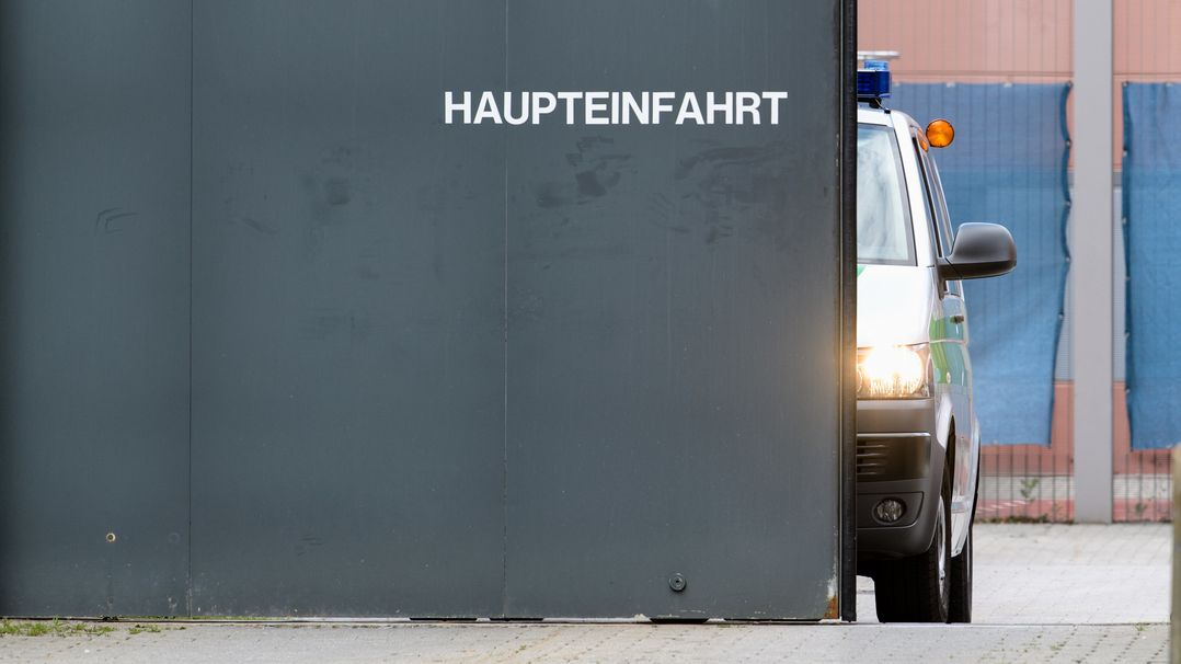 Flucht aus der JVA Stadelheim - womöglich per Lieferwagen durch das Haupttor