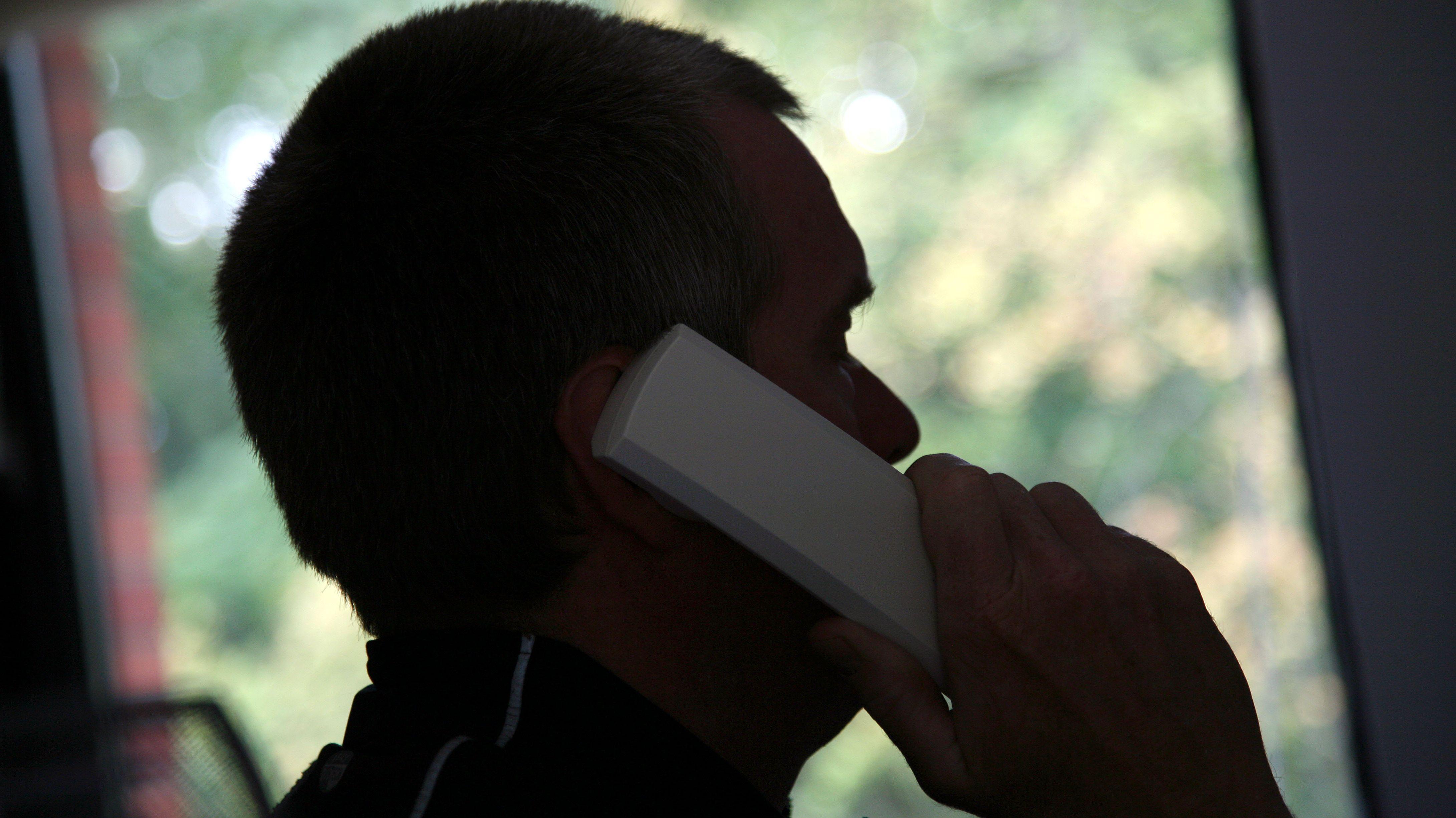 Mann am Telefon (Symbolbild)
