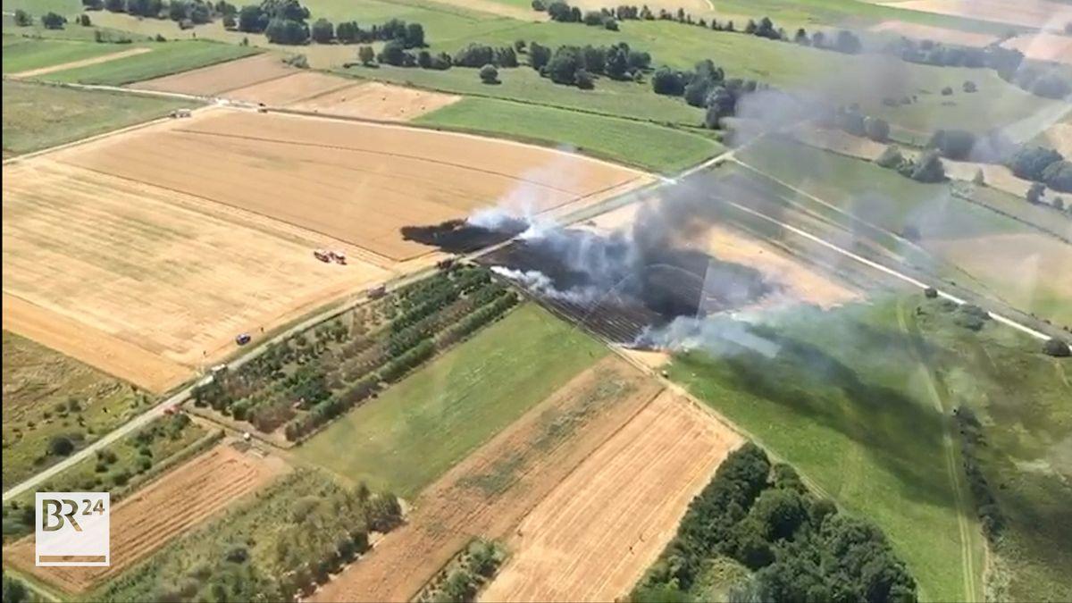 Das Feuer breitete sich schnell auch auf ein angrenzendes Feld aus.