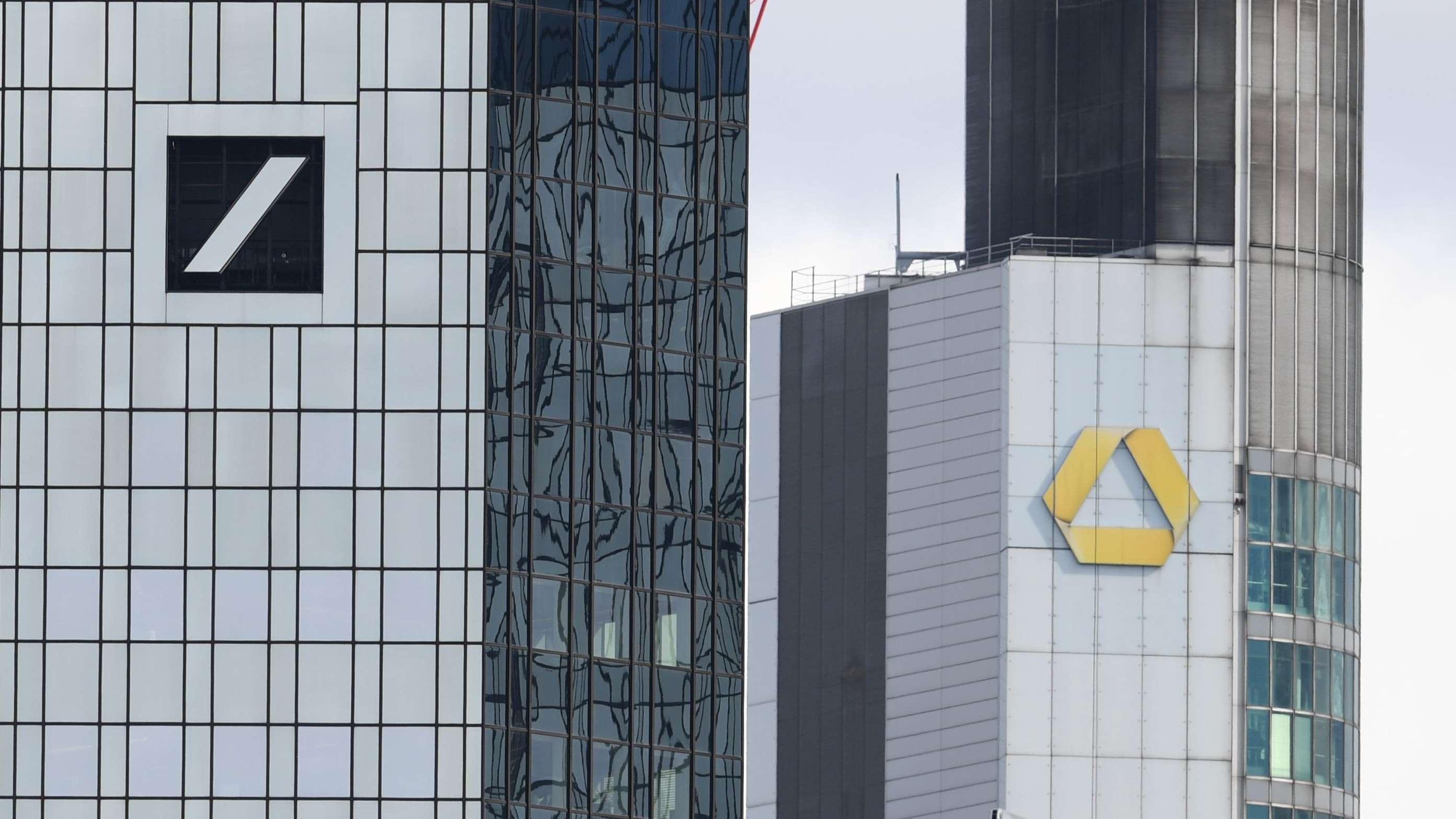 Die Zentralen der Deutschen Bank (l) und der Commerzbank in Frankfurt a.M.