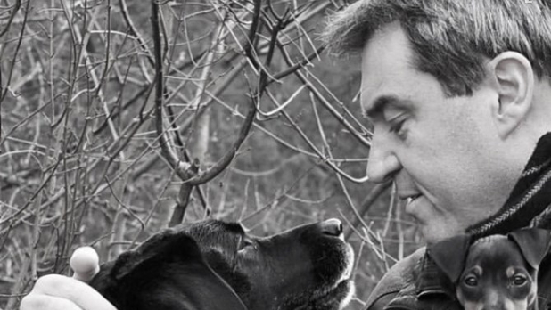 Markus Söder und die Labrador-Hündin Fanny.
