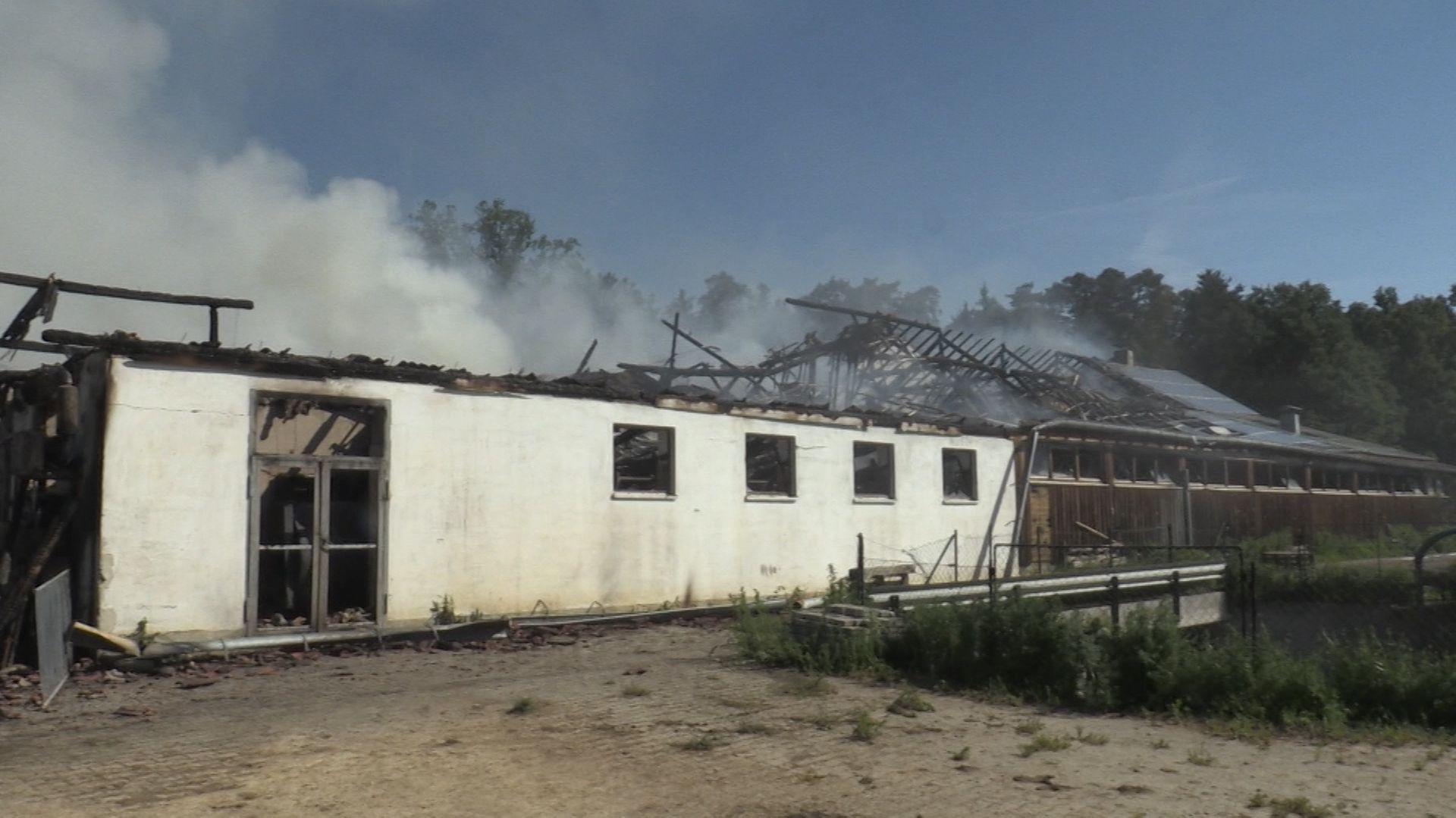 Zerstörtes landwirtschaftliches Gebäude nach Großbrand