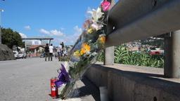 Blumen und Trauerkerzen nahe der Unglücksstelle in Genua   Bild:BR