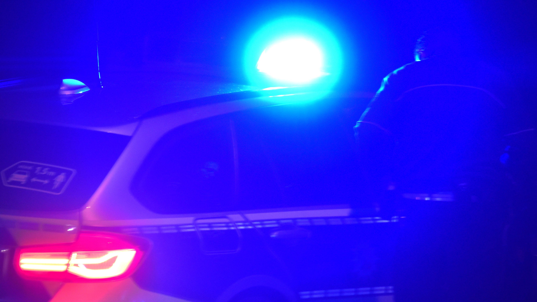 Polizeiwagen mit Blaulicht in der Dunkelheit