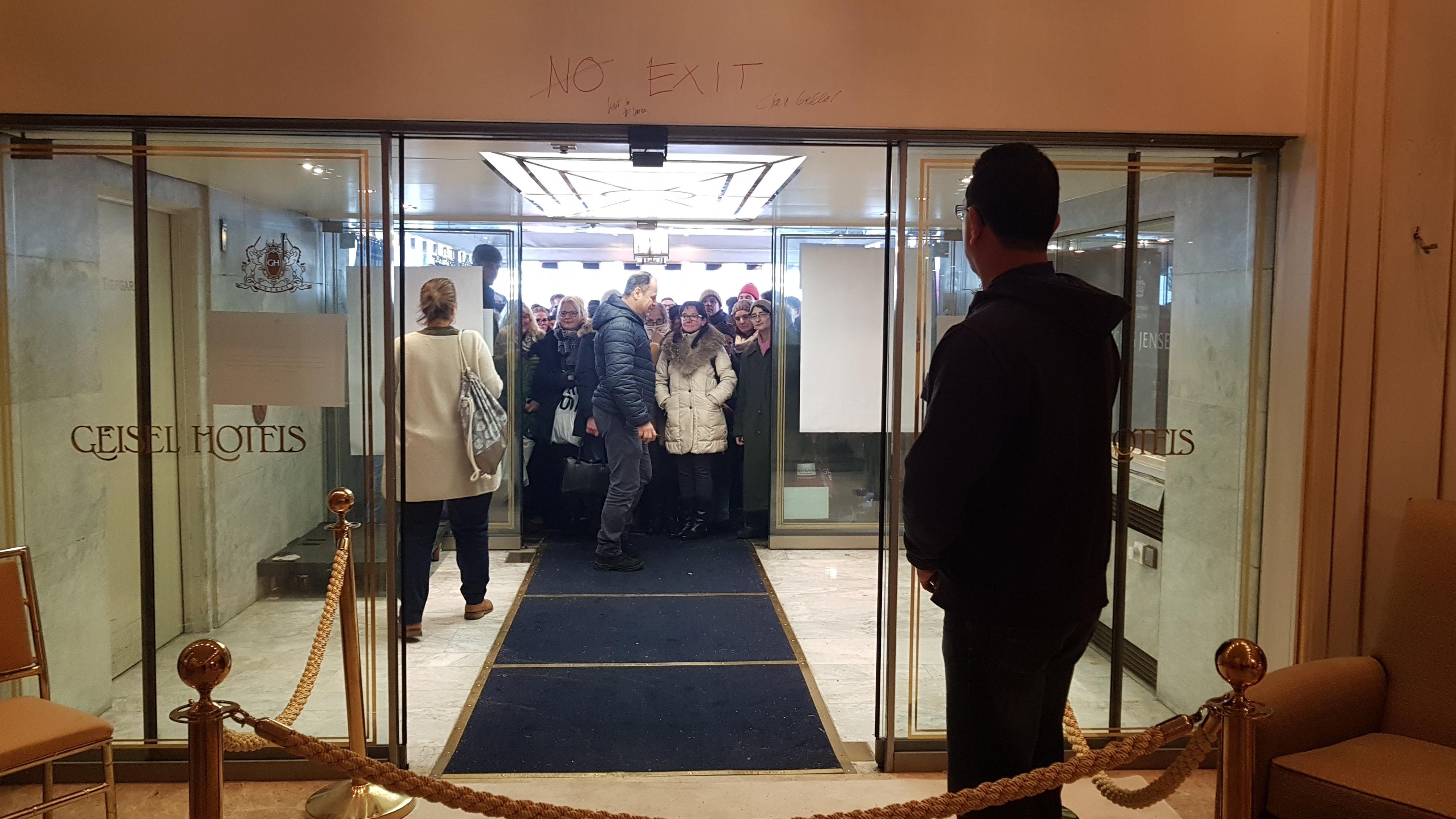 Andrang zum Ausverkauf: Menschen strömen ins Hotel Königshof.