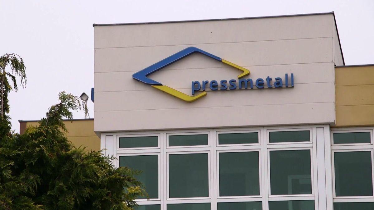 """""""Pressmetall"""" steht auf der Fassade des Werks in Gunzenhausen"""