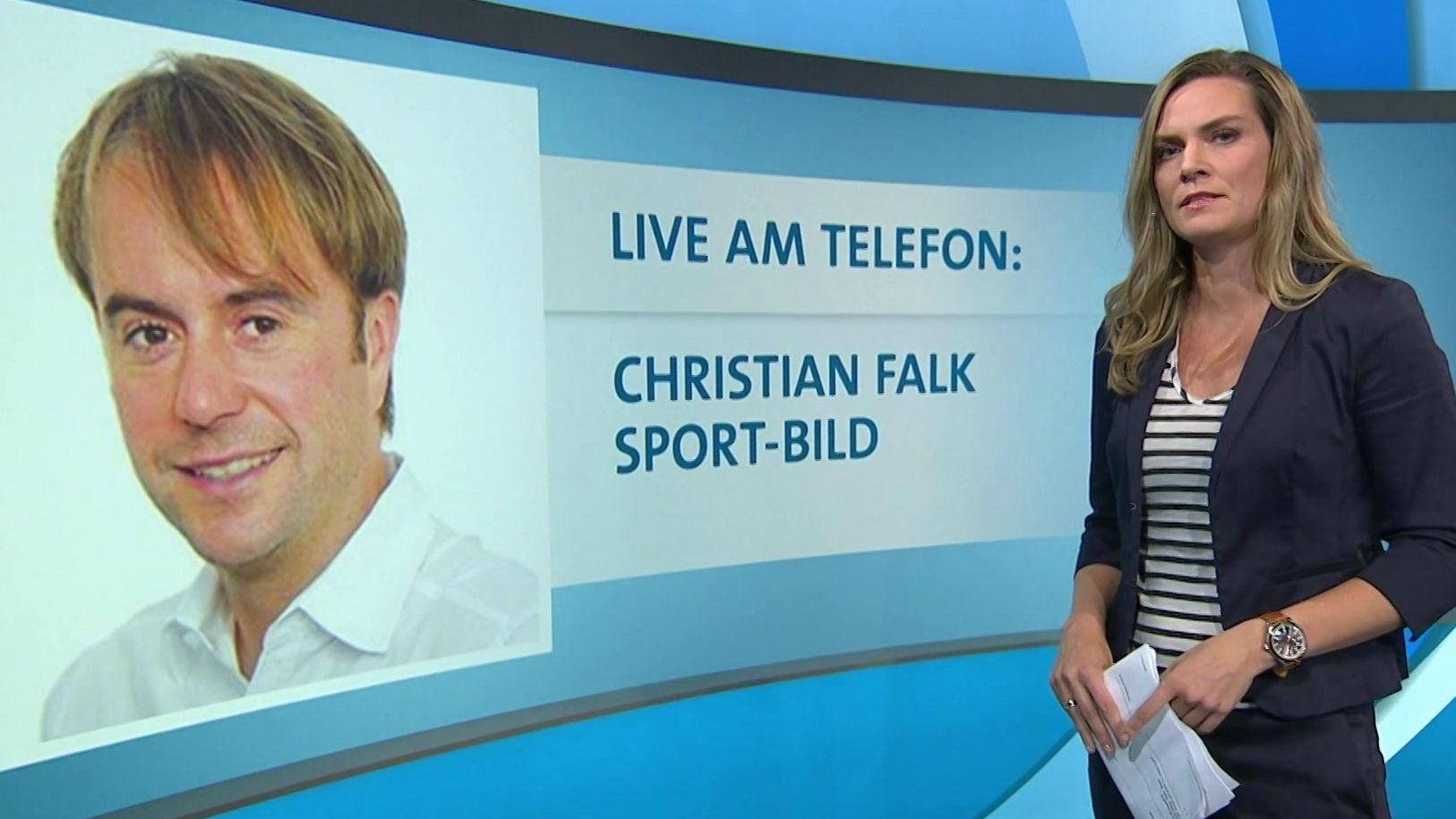 """Christian Falk, der Fußball-Chef von""""Sport-Bild"""" im Telefongespräch mit Blickpunkt-Sport-Moderatorin Julia Scharf."""