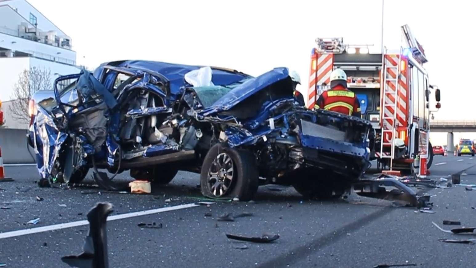 Unfall auf der A9 bei Bayreuth: Fahrer schläft ein, fährt auf Lkw auf und überschlägt sich mehrmals – aber nur leicht verletzt