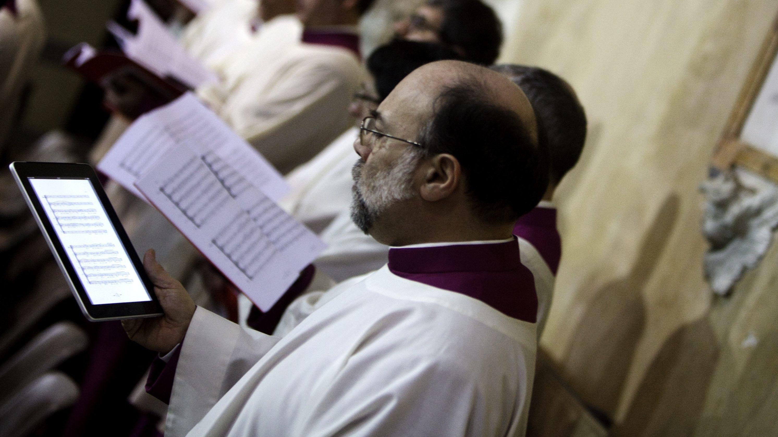 Priester liest Noten vom iPad ab