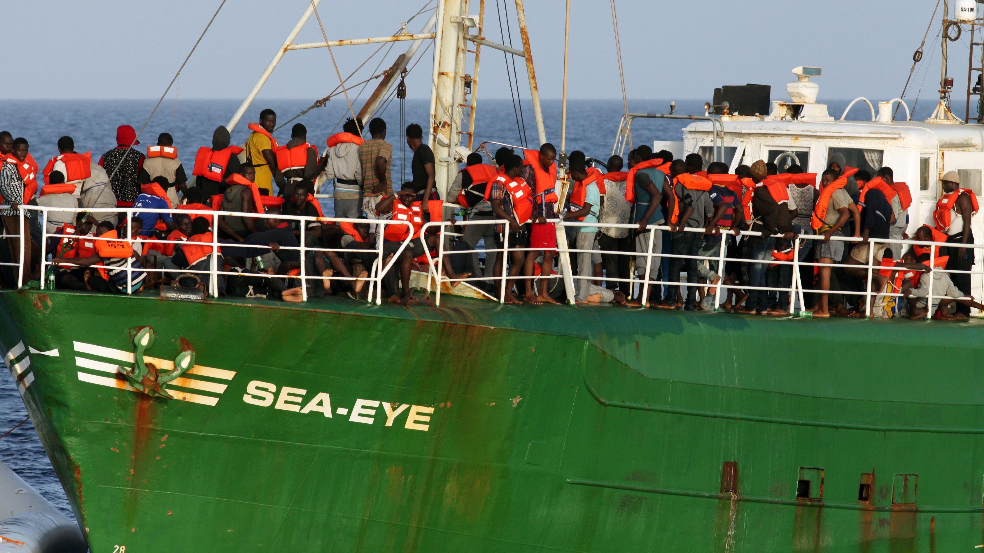 """Die """"Sea Eye"""" nimmt afrikanische Flüchtlinge vor der libyschen Küste an Bord: Das Foto entstand bei einem Einsatz im Oktober 2016."""