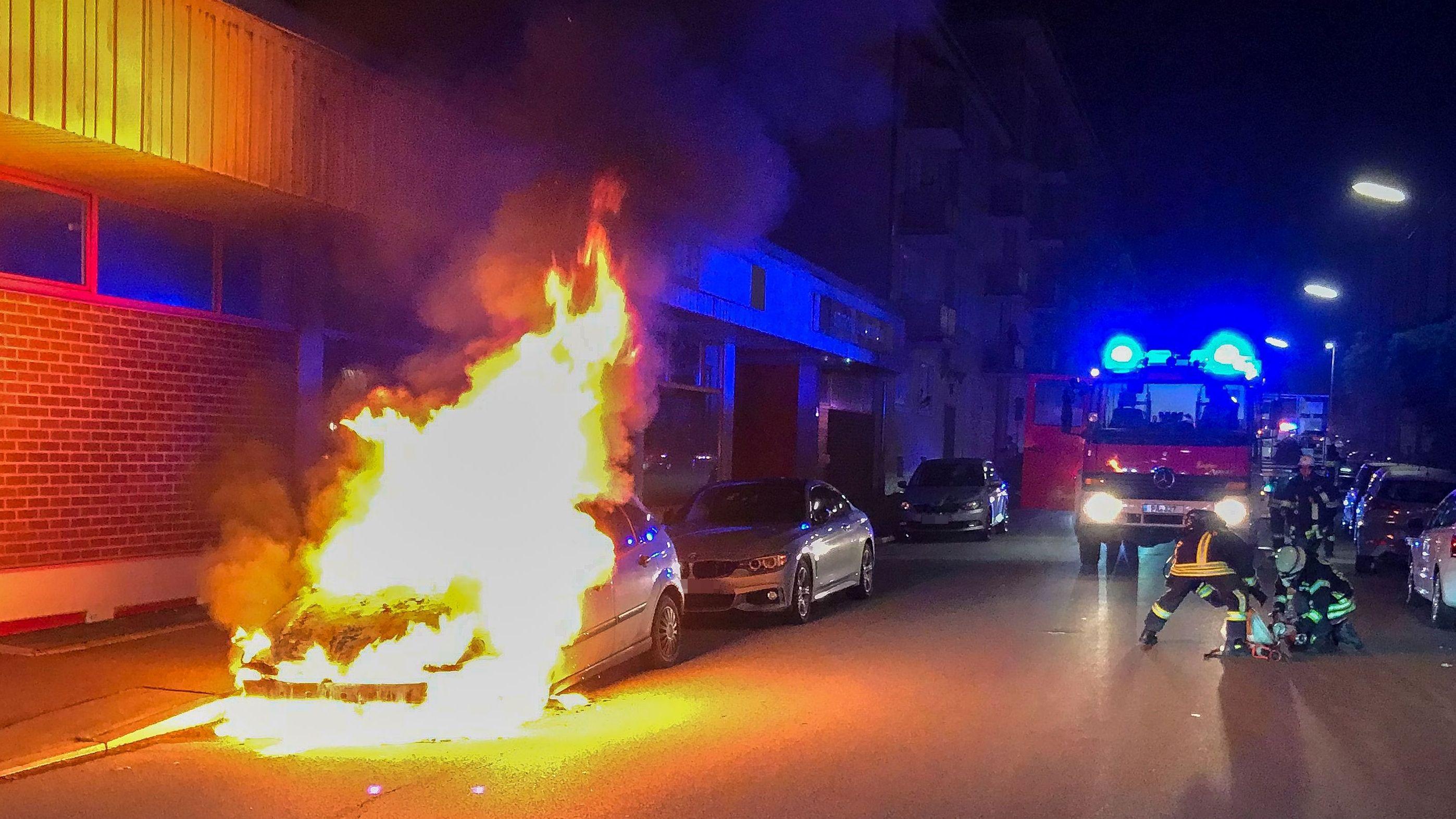 In der Nacht brannte ein Auto lichterloh in Passau - die Feuerwehr kämpfte gegen die Flammen
