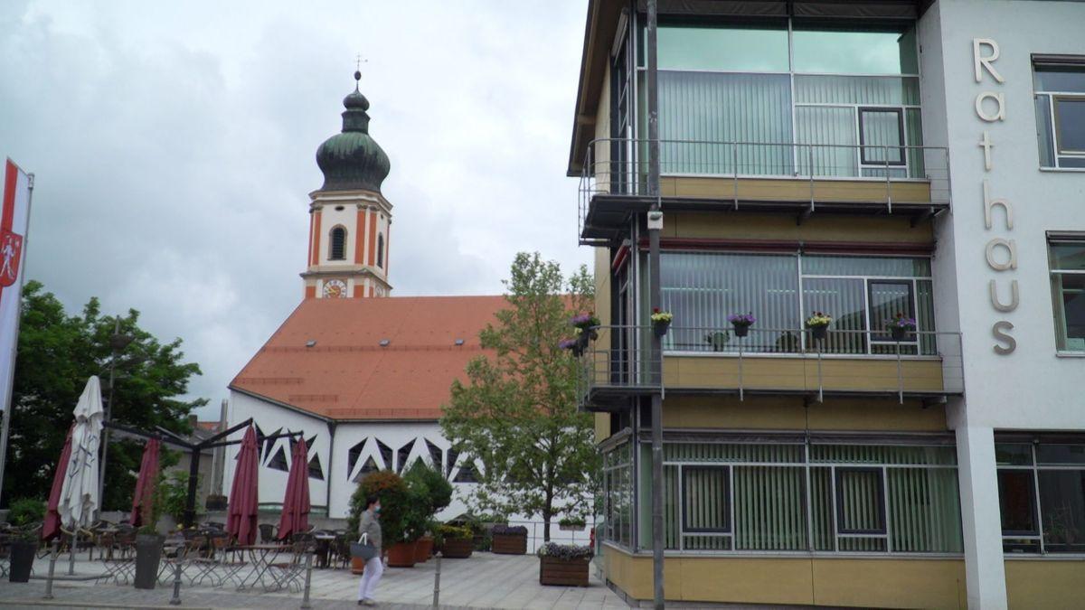 Rathaus von Roding. Blumen am Balkon