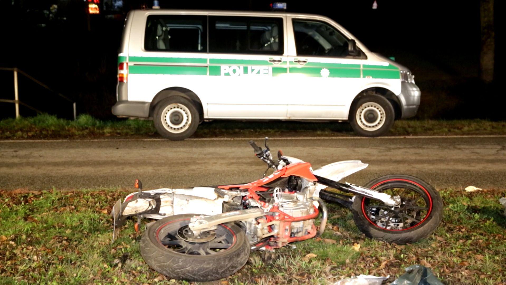 Polizeiauto und Leichtkraftrad am Boden