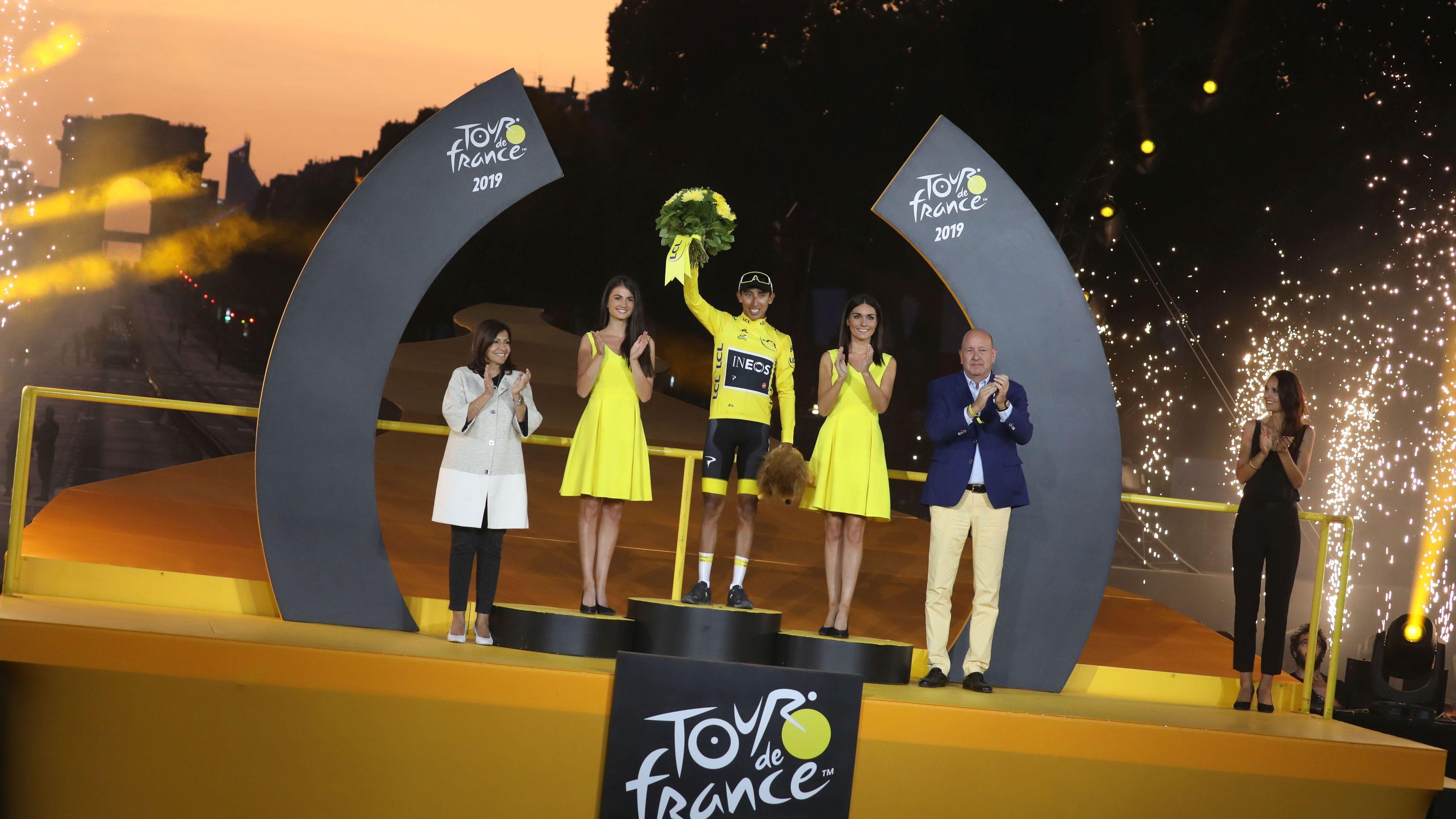 Tour-Gewinner Egan Bernal bei der Siegerehrung