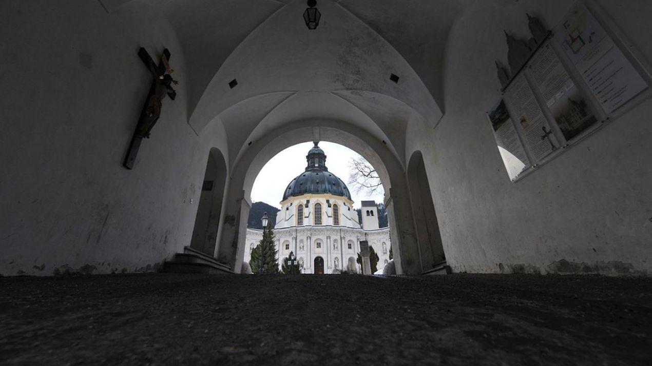 Eingangsportal zum Innenhof des Kloster Ettals.