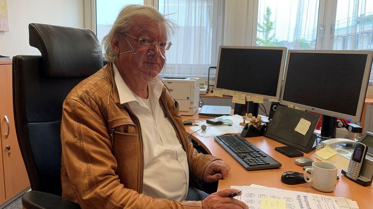 """Erwin Lenz, Schulleiter am Ignaz-Taschner-Gymnasium in Dachau trägt eine für Bayern zertifizierte Plexiglasmaske. Er will, dass seine Gesprächspartner sehen, """"wie er drauf ist""""."""