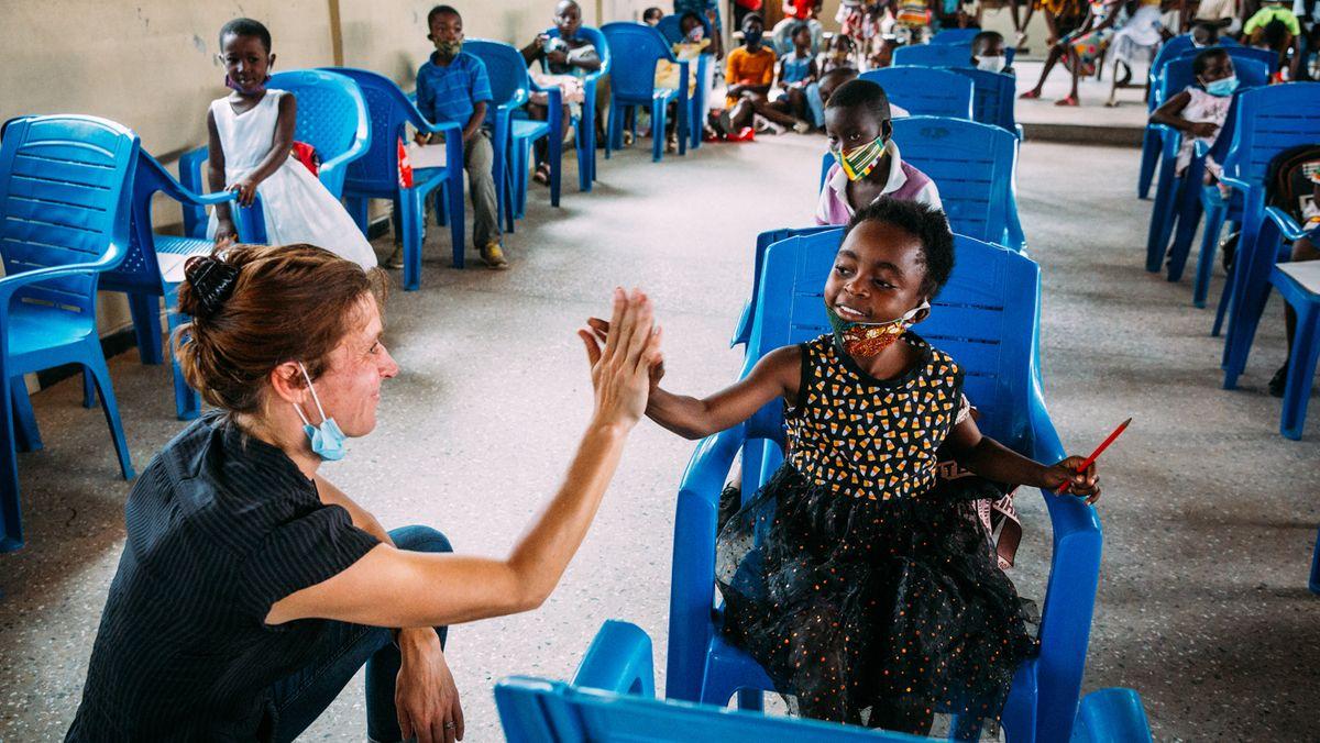 Katharina Ebel, Nothilfe-Koordinatorin der SOS-Kinderdörfer, mit Schülern in Ghana.