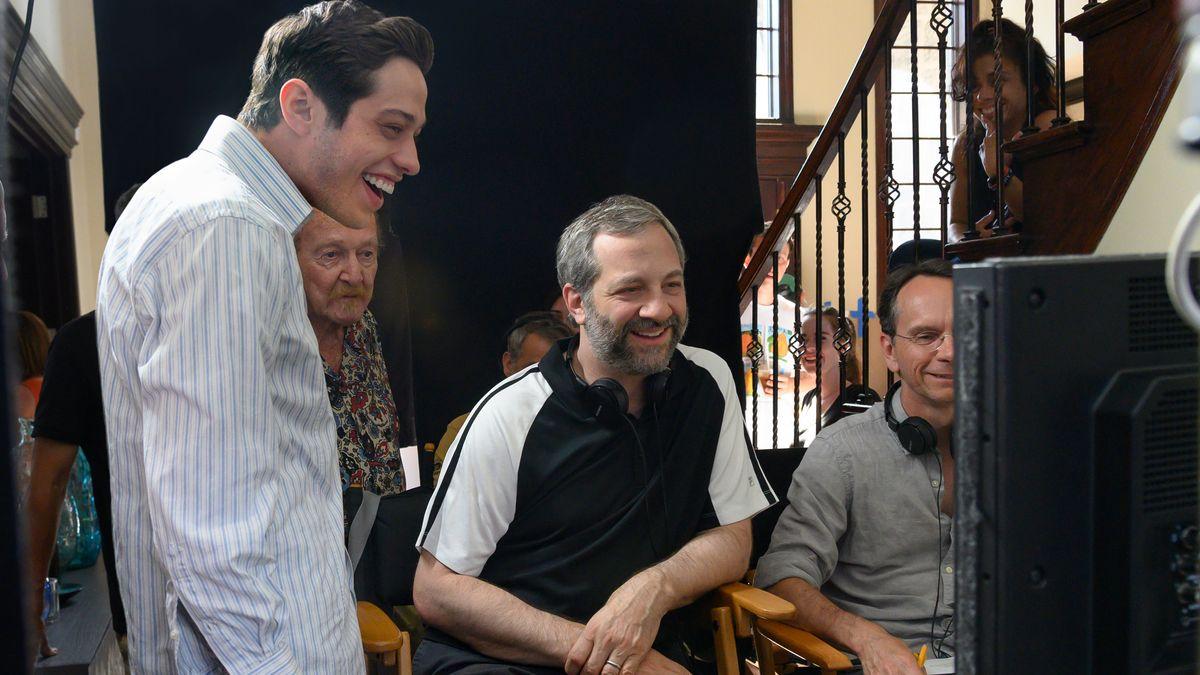 Hauptdarsteller Pete Davidson am Set mit Regisseur Judd Apatow