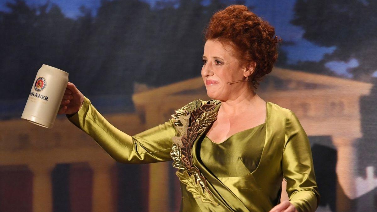 Die Schauspielerin Luise Kinseher als Bavaria bei der Fastenpredigt 2017