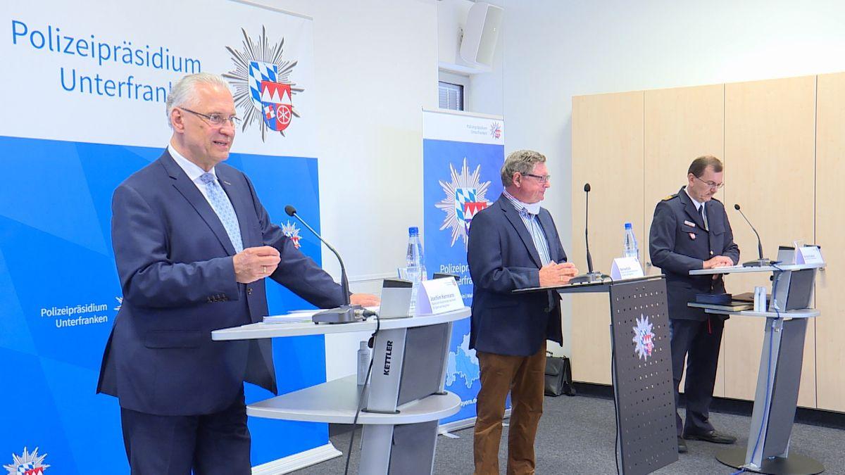Joachim Herrmann (l.) informiert mit Staatssekretär Gerhard Eck (m.) und Polizeipräsident Gerhard Kaller über den Stellenzuwachs bei der unterfränkischen Polizei.