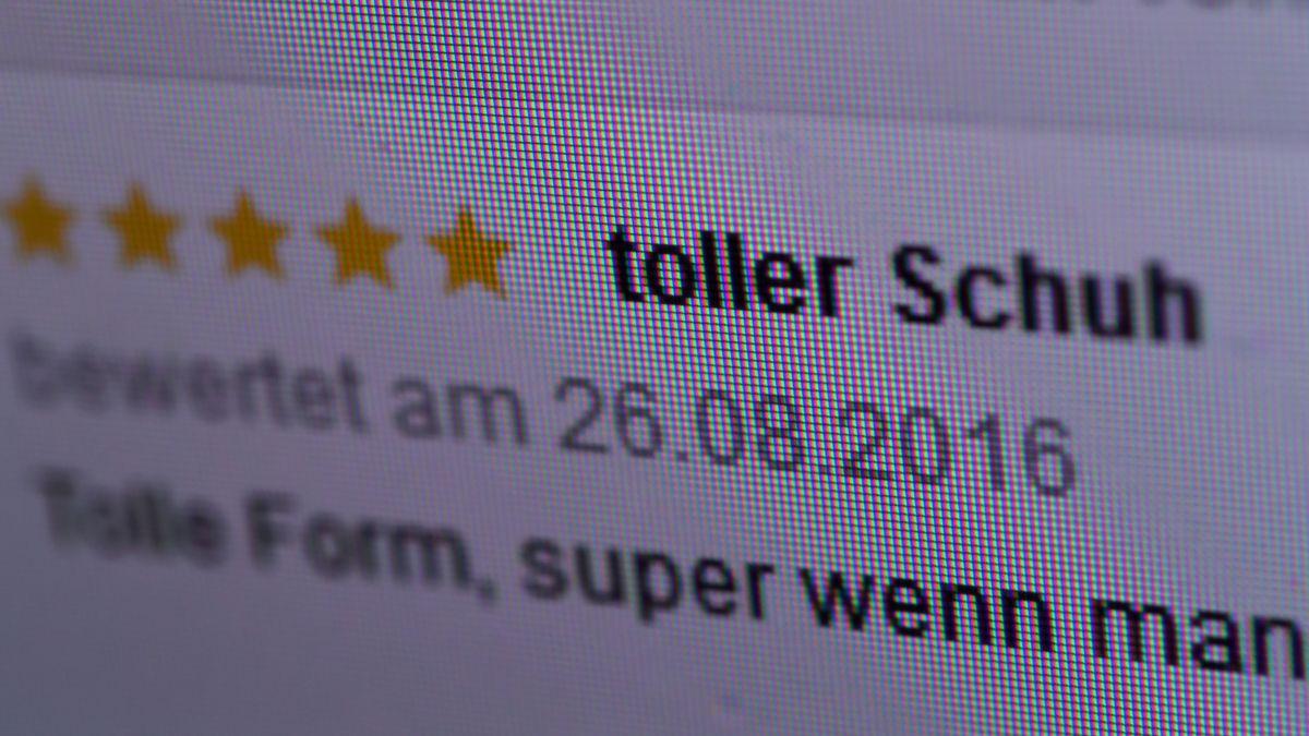 Eine positive Kundenrezension für einen Schuh; Berlin auf einer Website eines Bekleidungsanbieters.