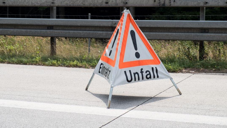 """Ein Warnschild mit der Aufschrift """"Unfall"""" wurde auf dem Standstreifen auf der Autobahn aufgestellt."""