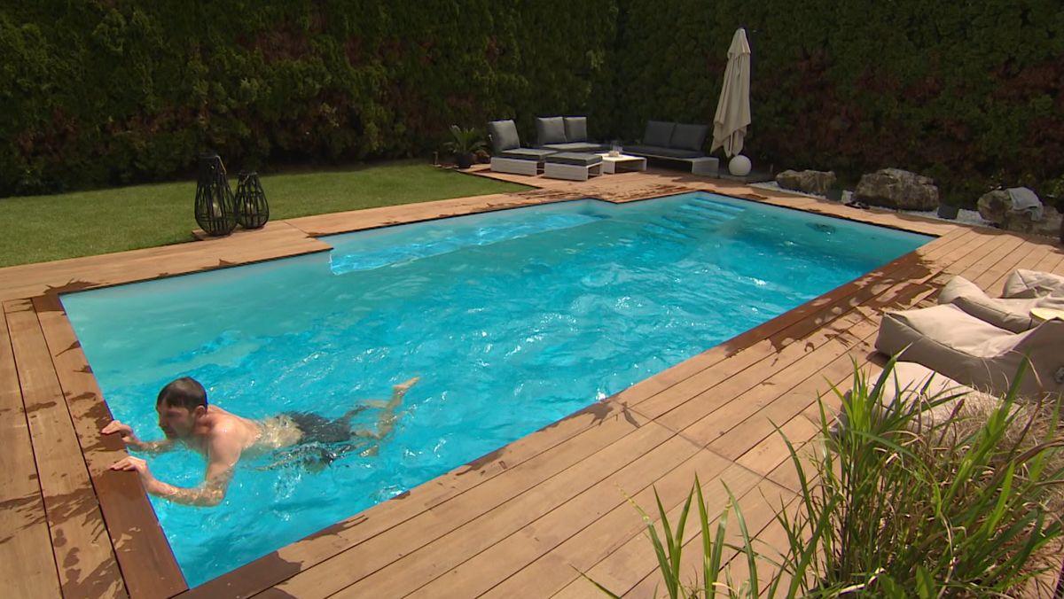 Mann schwimmt in einem Pool