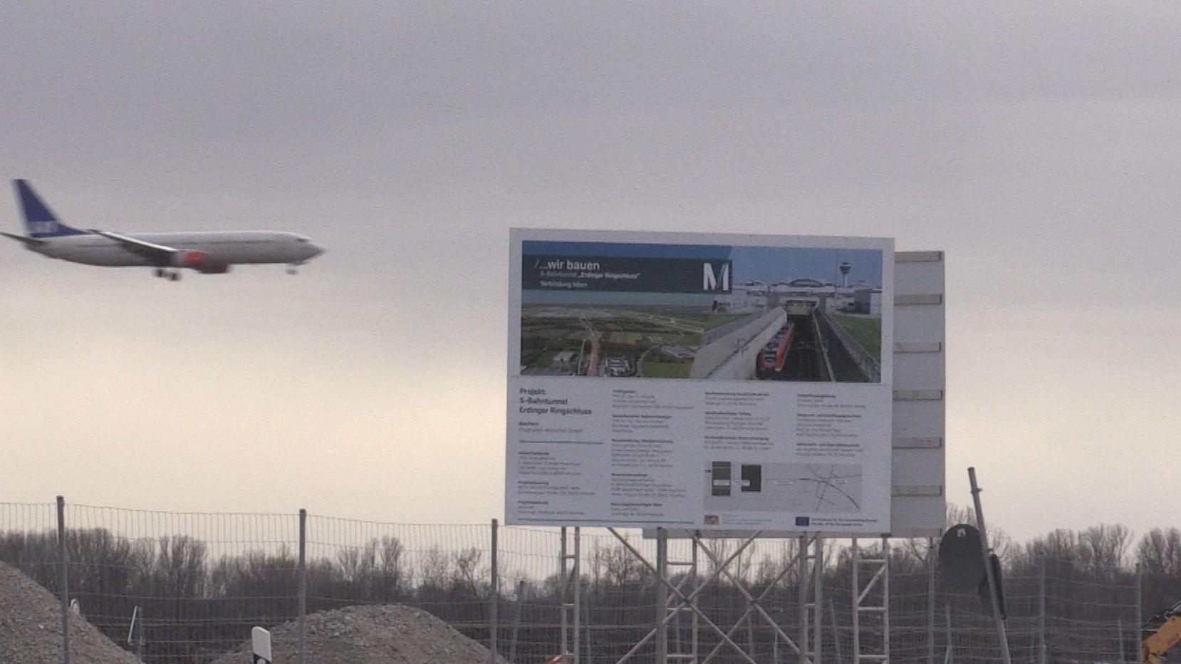 Plakat zum Ringschluss am Flughafen
