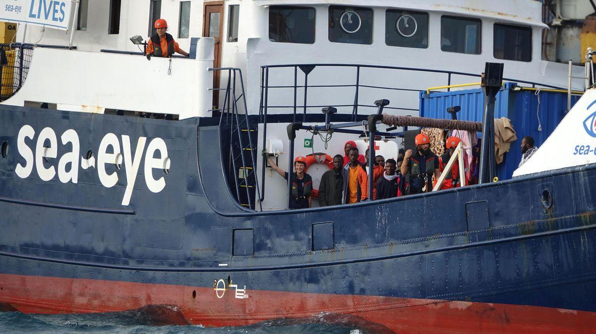 """Flüchtlinge an Board der """"Alan Kurdi""""."""