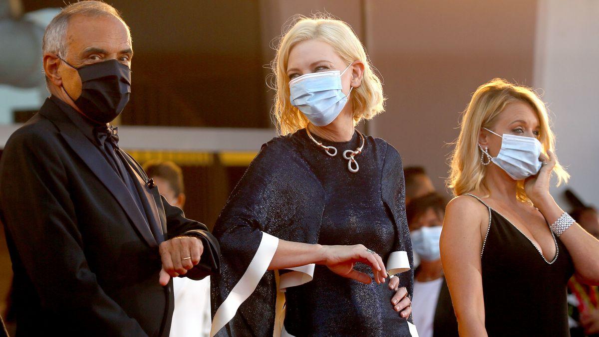 Mit Maske: Alberto Barbera, Cate Blanchett und Ludivine Sagnier bei der Festivaleröffnung mit der Premiere des Kinofilms 'Lacci'