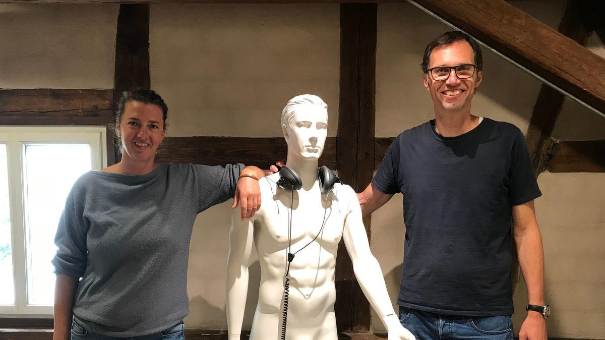 Uta und Jörg Nolte neben einem Ausstellungsstück.