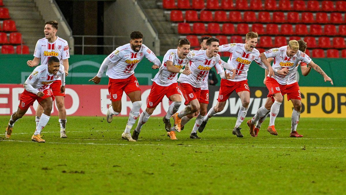 Die Mannschaft von Regensburg jubelt nach dem Sieg gegen Köln.