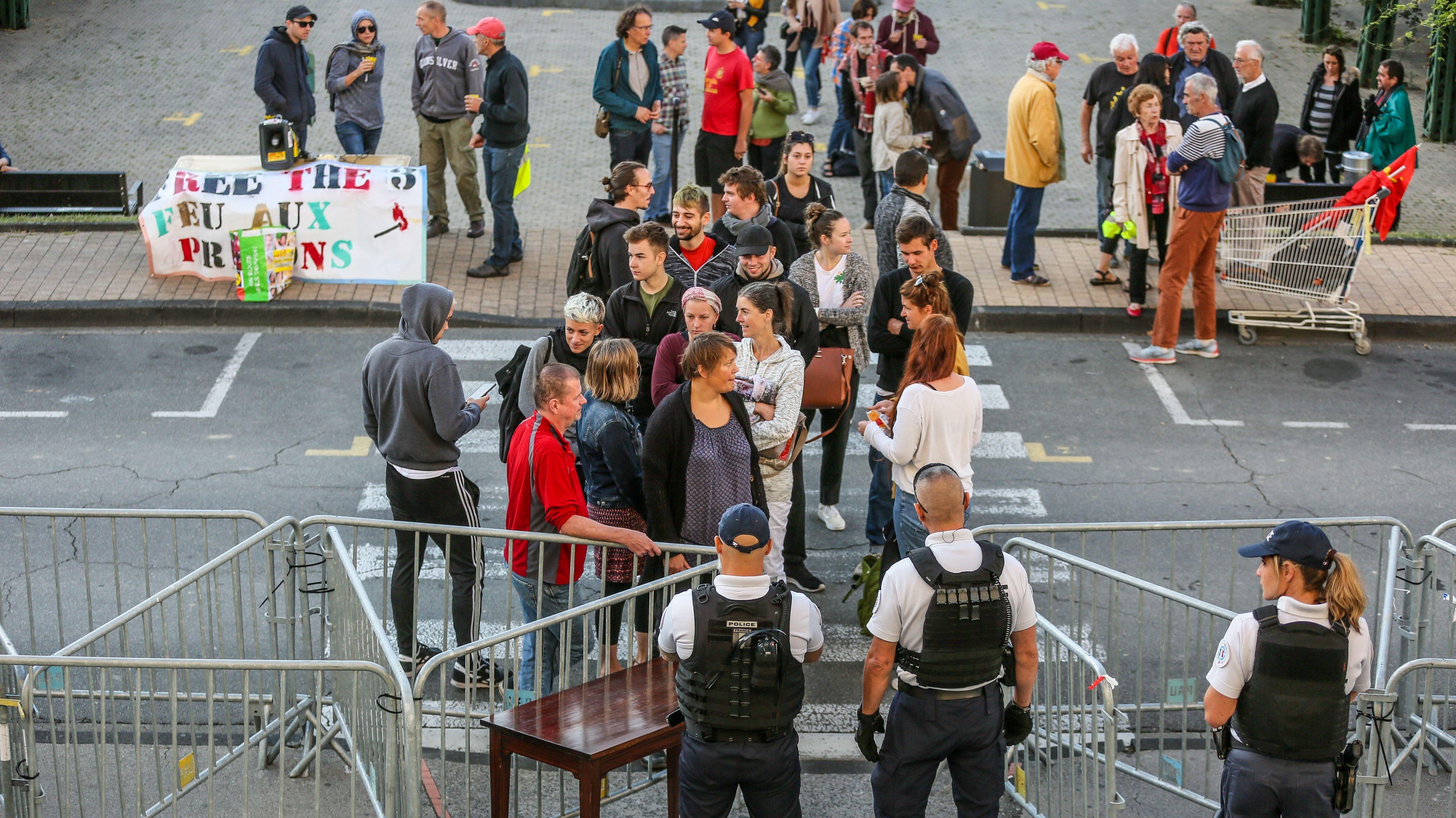 Proteste vor dem Gerichtsgebäude in Pau