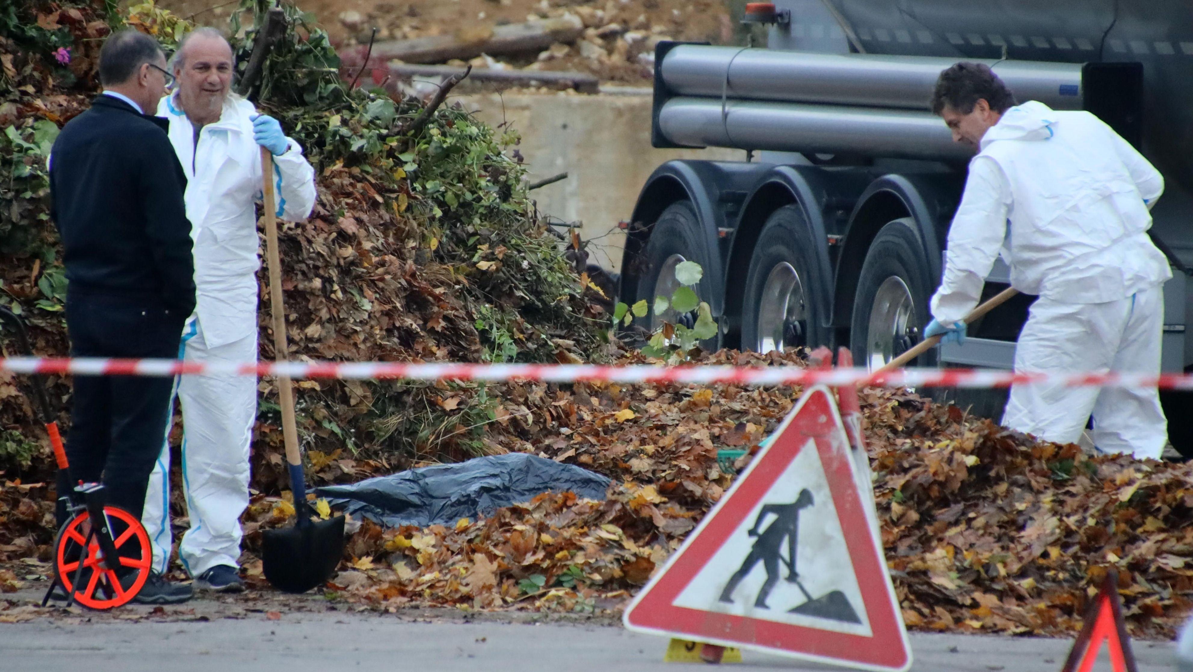 Beamte sichern Spuren bei der Leiche, die auf einem Gelände einer Spedition gefunden wurde.