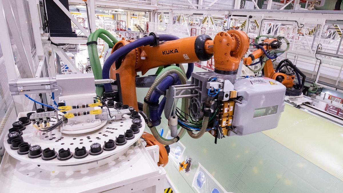 Zwei Kuka-Roboter beim Bohren und setzen von Nieten im neuen Airbuswerk in Hamburg.