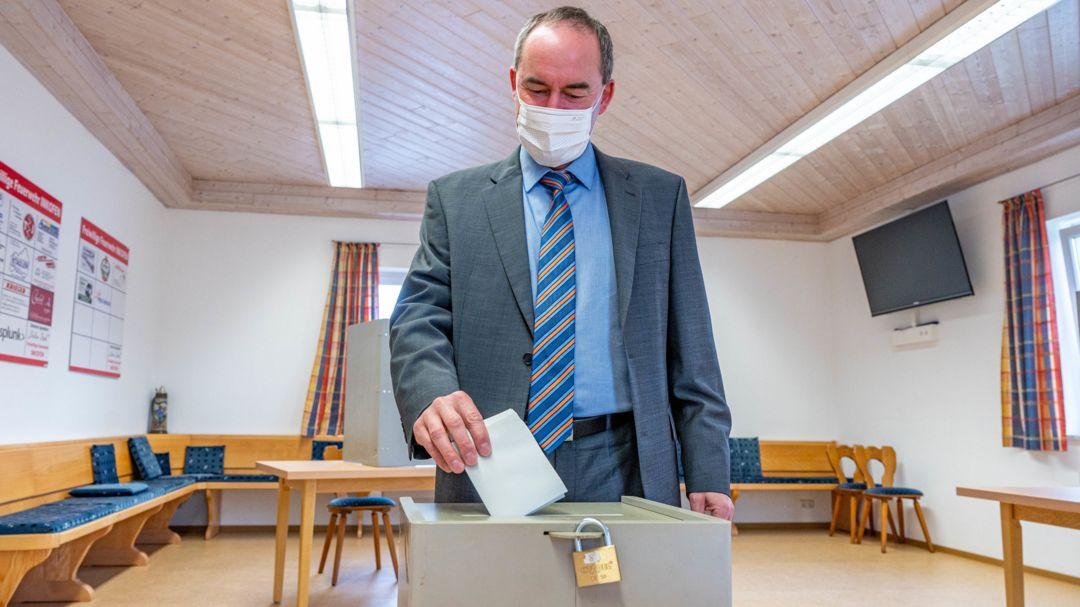 Hubert Aiwanger, Bundesvorsitzender der Freien Wähler, wirft seinen Stimmzettel zur Bundestagswahl in die Wahlurne eines Wahllokals.