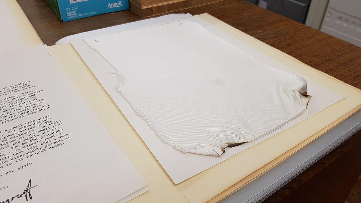 Stoffprobe zu Christos Reichstagsverhüllung im Germanischen Nationalmuseum