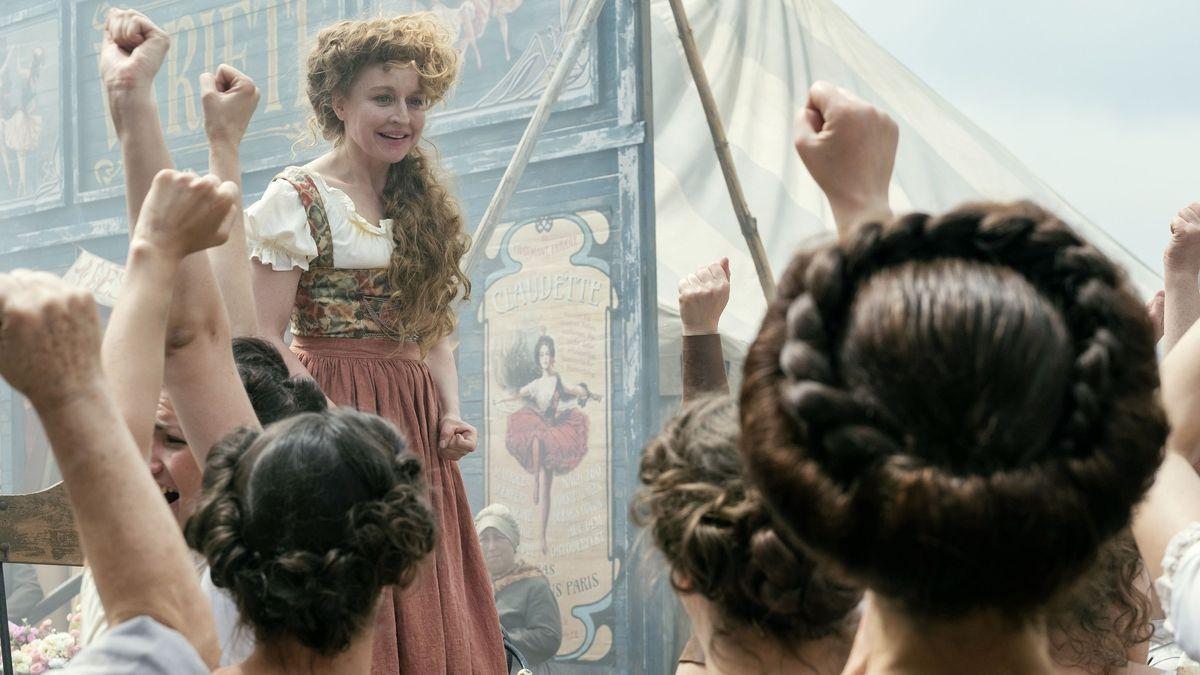 Colina Kandl (Brigitte Hobmeier) steht auf einer kleinen Bühne und zettelt einen Streik unter den Biermadln an, die ihre Fäuste in die Luft recken