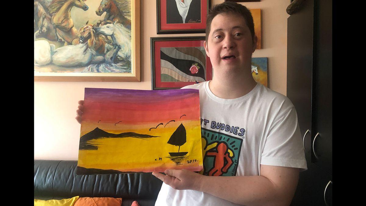 Strahinja Milisavac zeigt eines seiner Werke.